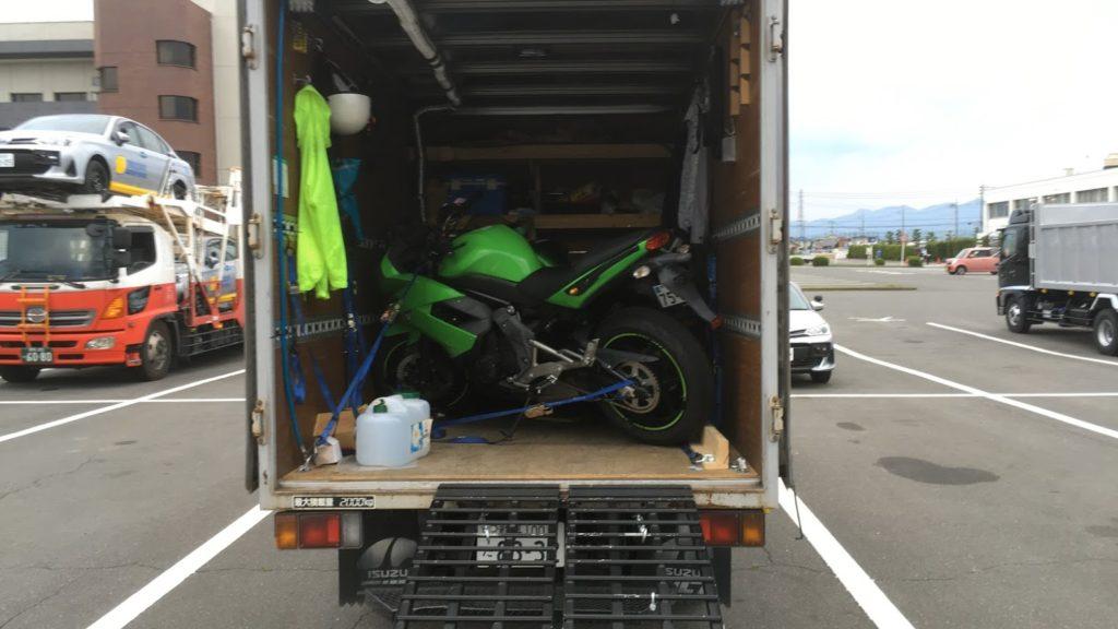トラックでバイク輸送